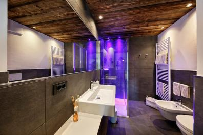 Bathroom with shower − Apartment 1